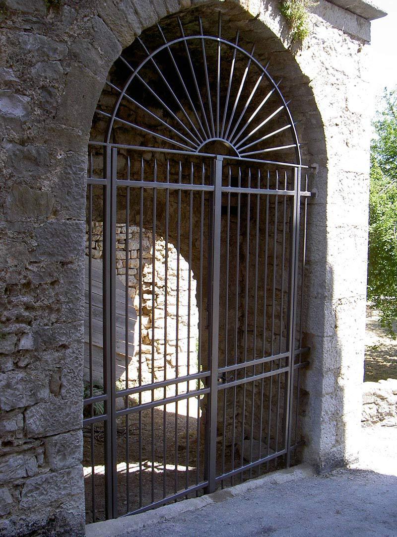 Grille métallique en arc ferronnier Gard