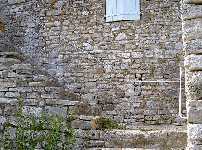 Main courante escalier extérieur sur mur en pierre