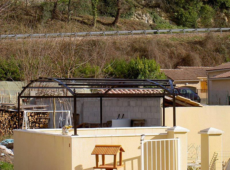 Pergolas cintrée avec brise vue terrasse piscine