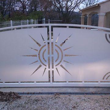 Portail coulissant cintré avec décoration thermolaqué
