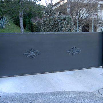 Portail coulissant plein ferronnier Gard