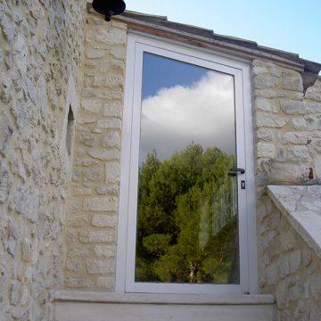Porte métallique vitrée linteau en biais