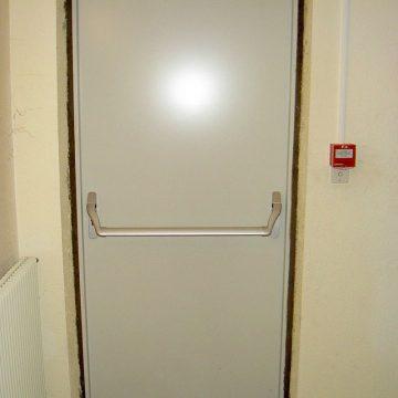 Porte salle serrure antipanique