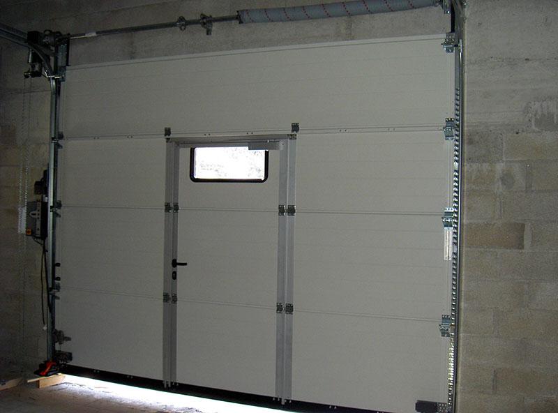 porte sectionnelle h rmann motoris e avec portillon. Black Bedroom Furniture Sets. Home Design Ideas