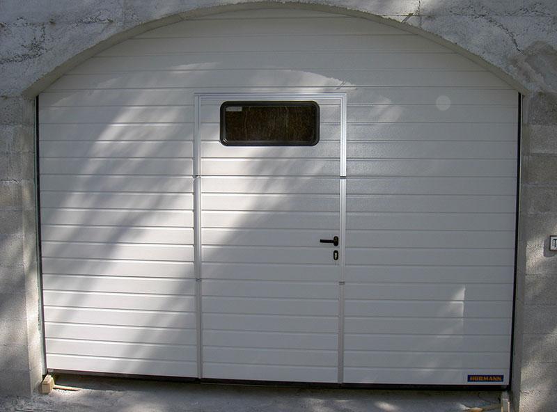 Porte sectionnelle de garage avec portillon en alu