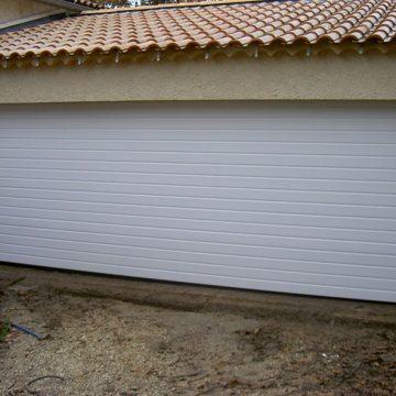 Porte sectionnelle de garage motorisée