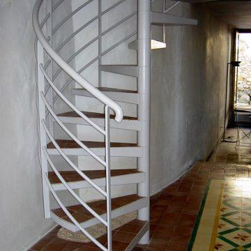 Escalier colimaçon en fer avec marche en carrelage