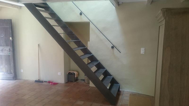Escalier droit marche limon large plat ferronnerie