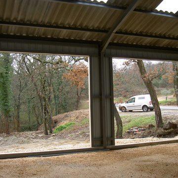 Encadrement métal pour portes de garage sectionnelles