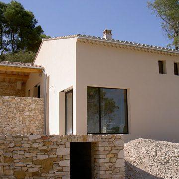 Gouttière zinc sur maison en pierre et fenêtre métal