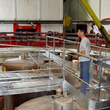 Passerelle métallique galvanisée et cuves inox