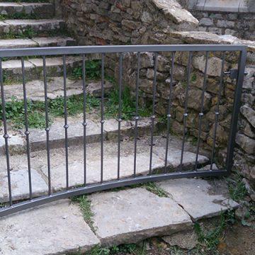 Portillon courbé ferronnerie Uzès