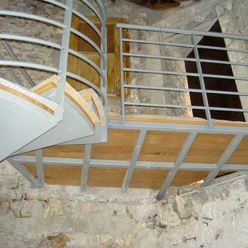 Escalier hélicoïdal avec passerelle palier en fer
