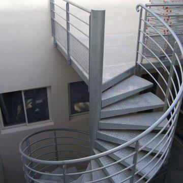 Escalier colimaçon métallique galvanisé 2ème étage extérieur