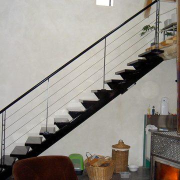 Escalier droit limon central tole pliée inox