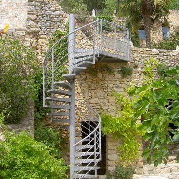 Escalier hélicoïdal palier tole larmée