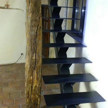 Escalier droit limon central ferronnier Gard